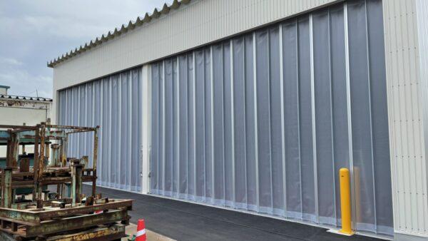 倉庫出入口にカーテンシャッター・アペリア(雨風除け)